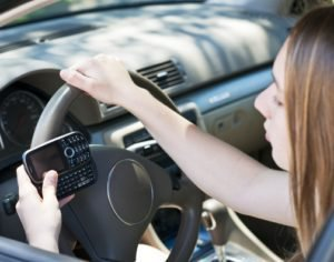 photodune-2847116-teenage-girl-texting-and-driving-xs-300x236.jpg